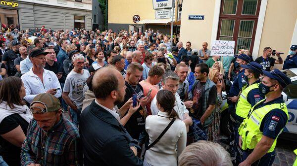 Противники обязательной вакцинации пришли к Сейму, откликнувшись на призыв депутата Алдиса Гобземса - Sputnik Латвия
