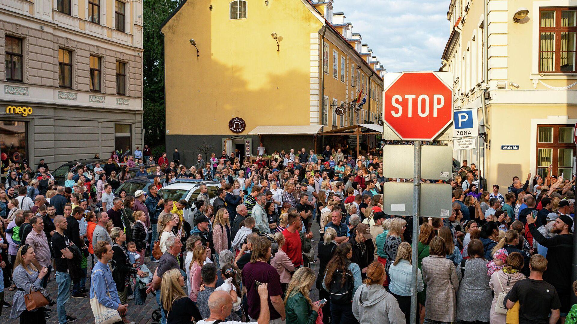 Противники обязательной вакцинации пришли к Сейму, откликнувшись на призыв депутата Алдиса Гобземса - Sputnik Латвия, 1920, 05.08.2021
