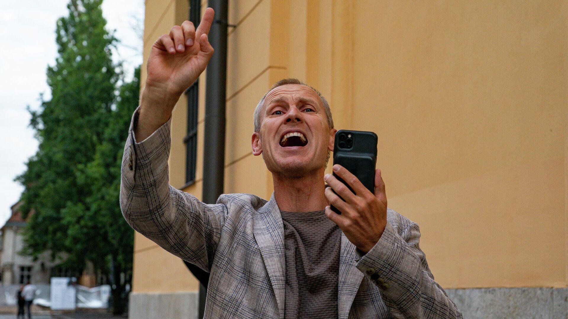 Противники обязательной вакцинации пришли к Сейму, откликнувшись на призыв депутата Алдиса Гобземса - Sputnik Латвия, 1920, 25.09.2021