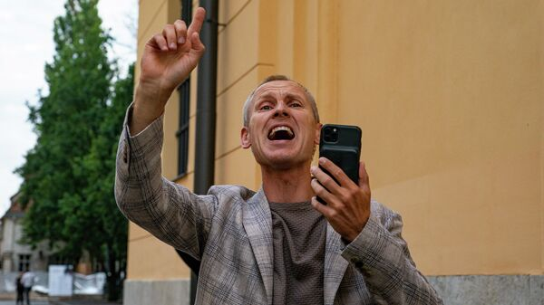 Противники обязательной вакцинации пришли к Сейму, откликнувшись на призыв депутата Алдиса Гобземса - Sputnik Latvija