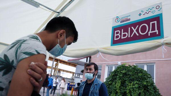 Вакцинация мигрантов от COVID-19 на территории ТЦ Садовод в Москве - Sputnik Латвия