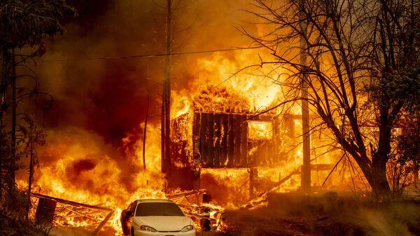Охваченный пламенем дом в Гринвилле, Калифорния - Sputnik Латвия