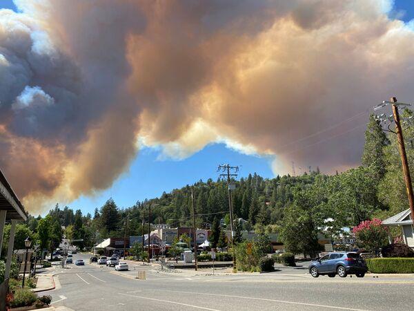Клубы дыма от пожара в Колфаксе, Калифорния, США - Sputnik Латвия