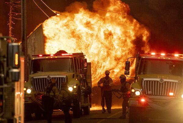 Пожарные работают на пожаре в Гринвилле, Калифорния - Sputnik Латвия