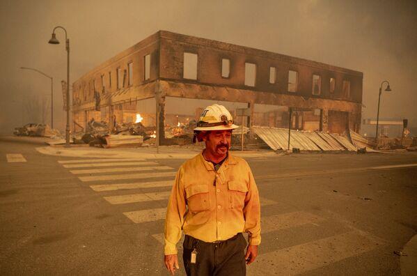 Начальник батальона Серхио Мора наблюдает за пожаром в городе Гринвилл, Калифорния - Sputnik Латвия