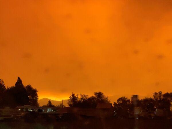 Оранжевое от зарева пожаров небо в округе Лассен, Калифорния, США - Sputnik Латвия