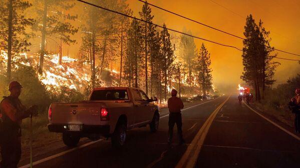 Люди смотрят на огонь пожаров в штате Калифорния, США - Sputnik Латвия