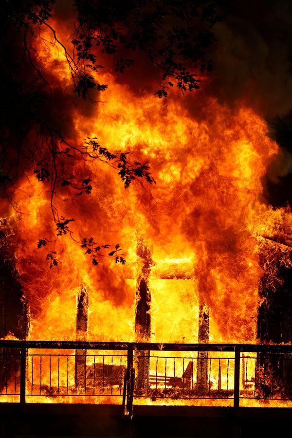 Дом охвачен пламенем во время пожара в Грасс-Вэлли, Калифорния, США - Sputnik Латвия