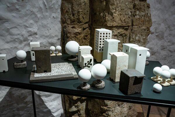 Рута Шипалите (Литва) отлила в керамике урбанистическую композицию Города. Странствующие дома - Sputnik Латвия