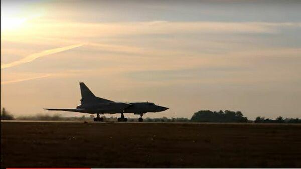 Российские бомбардировщики расправились с лагерем условных террористов - Sputnik Латвия
