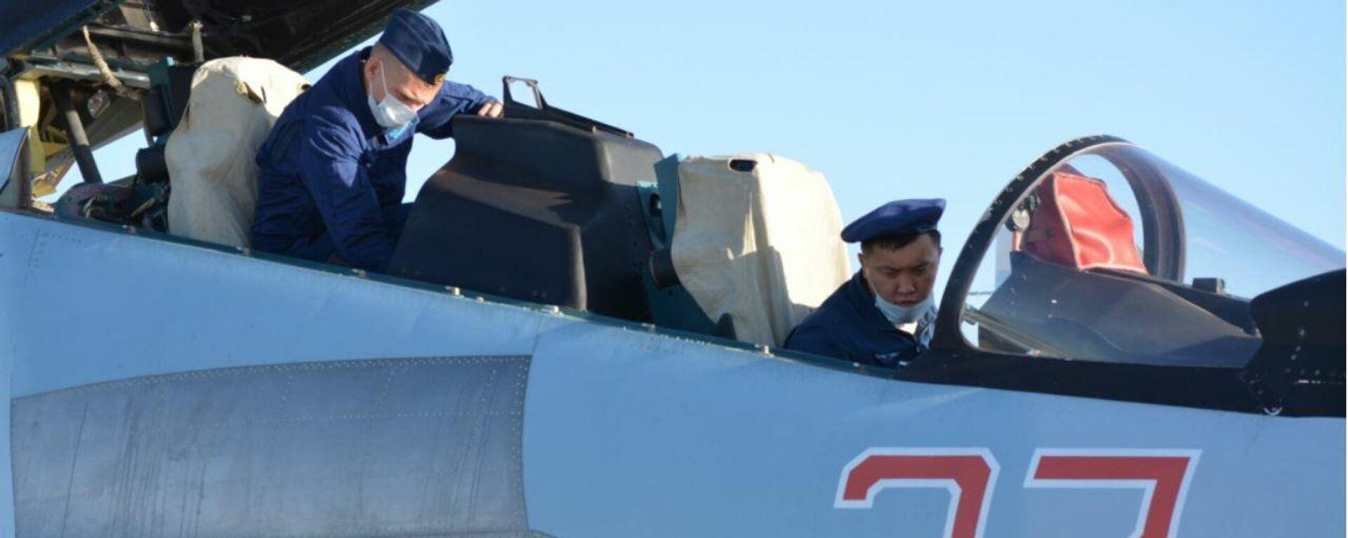 Экипажи истребителей Су-30СМ ВКС РФ провели совместную летную тренировку с летчиками ВВС Армии Китая - Sputnik Латвия, 1920, 09.08.2021