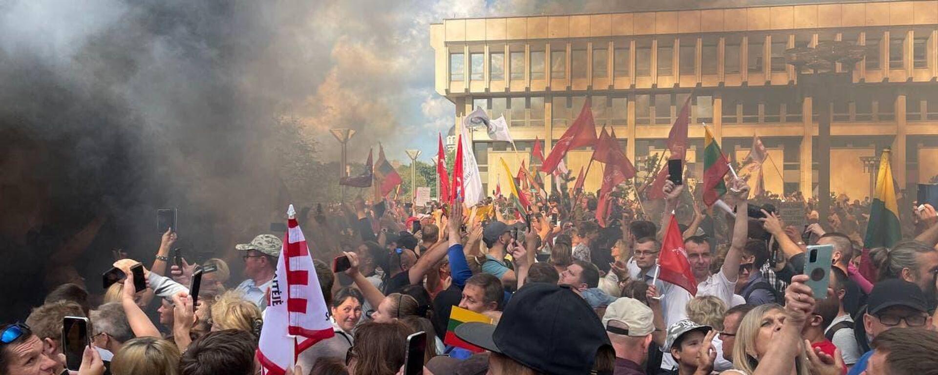 Акция протеста 10 августа 2021 в Вильнюсе у здания Сейма Литвы - Sputnik Латвия, 1920, 10.08.2021
