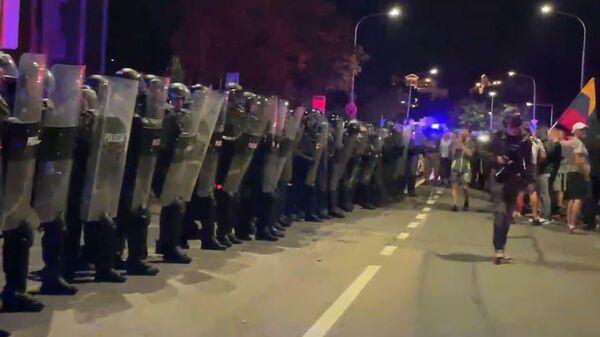 Момент разгона протестующих в Вильнюсе слезоточивым газом попал на видео - Sputnik Latvija