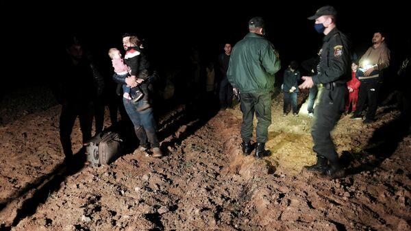 Задержанные мигранты на белорусско-латвийской границе в районе Ворзова - Sputnik Латвия