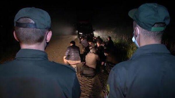Агентство Reuters поделилось видеозаписью происходящего на латвийско-белорусской границе - Sputnik Латвия