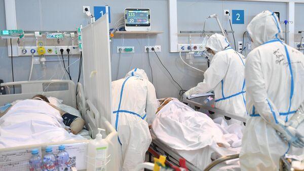 Медицинские работники в палате реанимации и интенсивной терапии госпиталя для больных COVID-19 - Sputnik Латвия