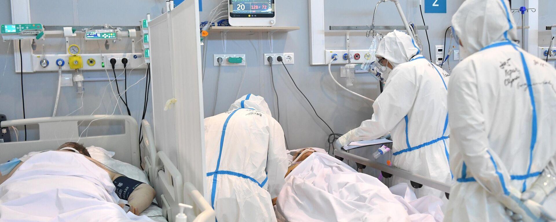 Медицинские работники в палате реанимации и интенсивной терапии госпиталя для больных COVID-19 - Sputnik Латвия, 1920, 12.08.2021