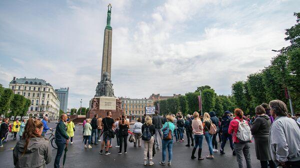 Несколько сотен человек собрались у памятника Свободы на акцию протеста против принудительной вакцинации - Sputnik Латвия
