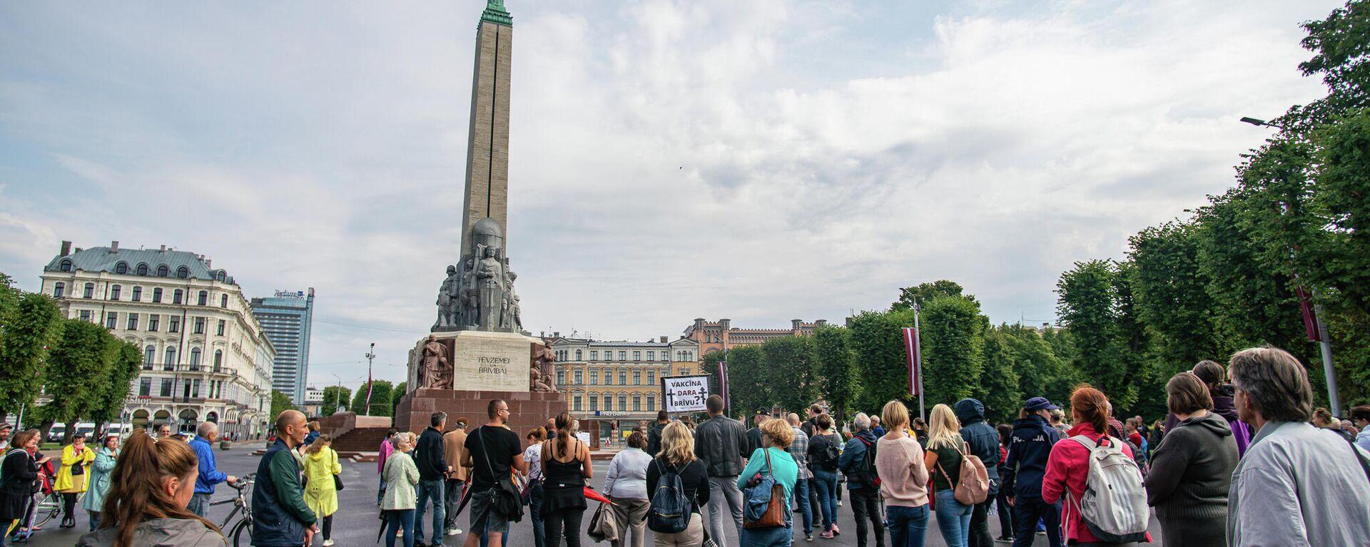 Несколько сотен человек собрались у памятника Свободы на акцию протеста против принудительной вакцинации - Sputnik Латвия, 1920, 14.08.2021