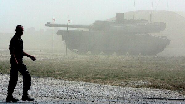 Военнослужащий на фоне французского танка Leclerc - Sputnik Латвия