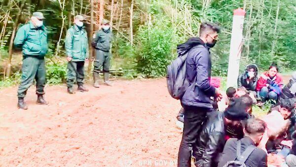Нелегальные мигранты, задержанные при пересечении латвийско-белорусской границы  - Sputnik Латвия