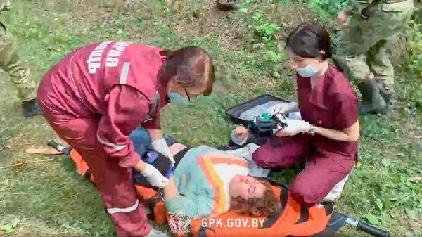 Mediķi sniedz neatliekamo palīdzību uz Latvijas un Baltkrievijas robežas aizturētājai sievietei   - Sputnik Latvija