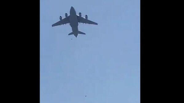 Афганцы зацепились за шасси вылетавшего из Кабула самолета и упали на землю - Sputnik Latvija