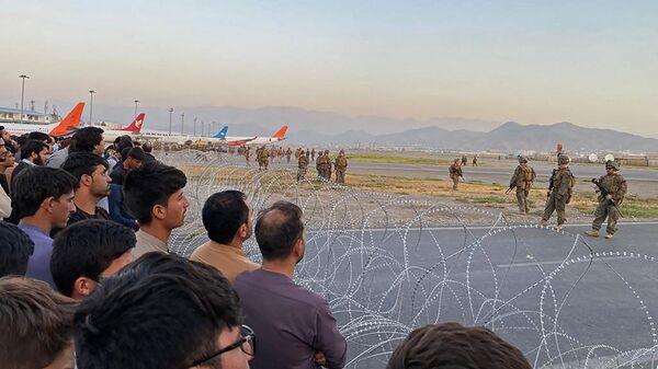 Американские солдаты в аэропорту Кабула  - Sputnik Латвия