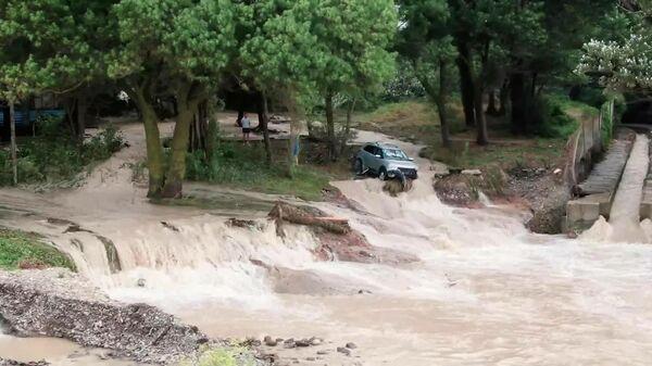 Затопленные улицы Новороссийска сняли с дрона - Sputnik Latvija