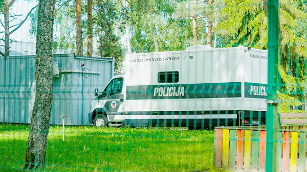 Полицейская машина для перевозки задержанных в Центре размещения беженцев в Муцениеки - Sputnik Латвия