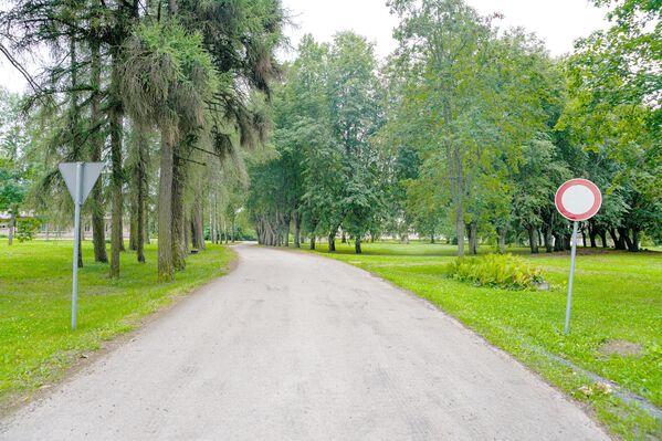 Подъездная дорога к школе, где планируют размещать мигрантов. - Sputnik Латвия