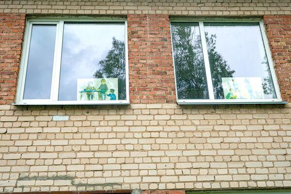 Детские плакаты в окнах начальной школе-интернате для детей с физическими и умственными нарушениями в Эзерсале, где планируют размещать мигрантов. - Sputnik Латвия