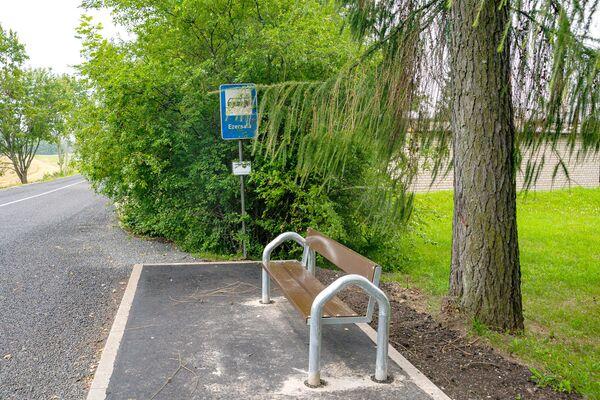 Обновленная автобусная остановка в поселке Эзерсала. - Sputnik Латвия