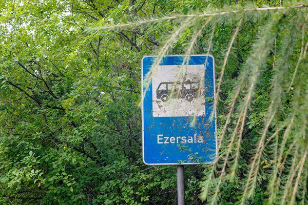 Автобусная остановка в поселке Эзерсала. - Sputnik Латвия