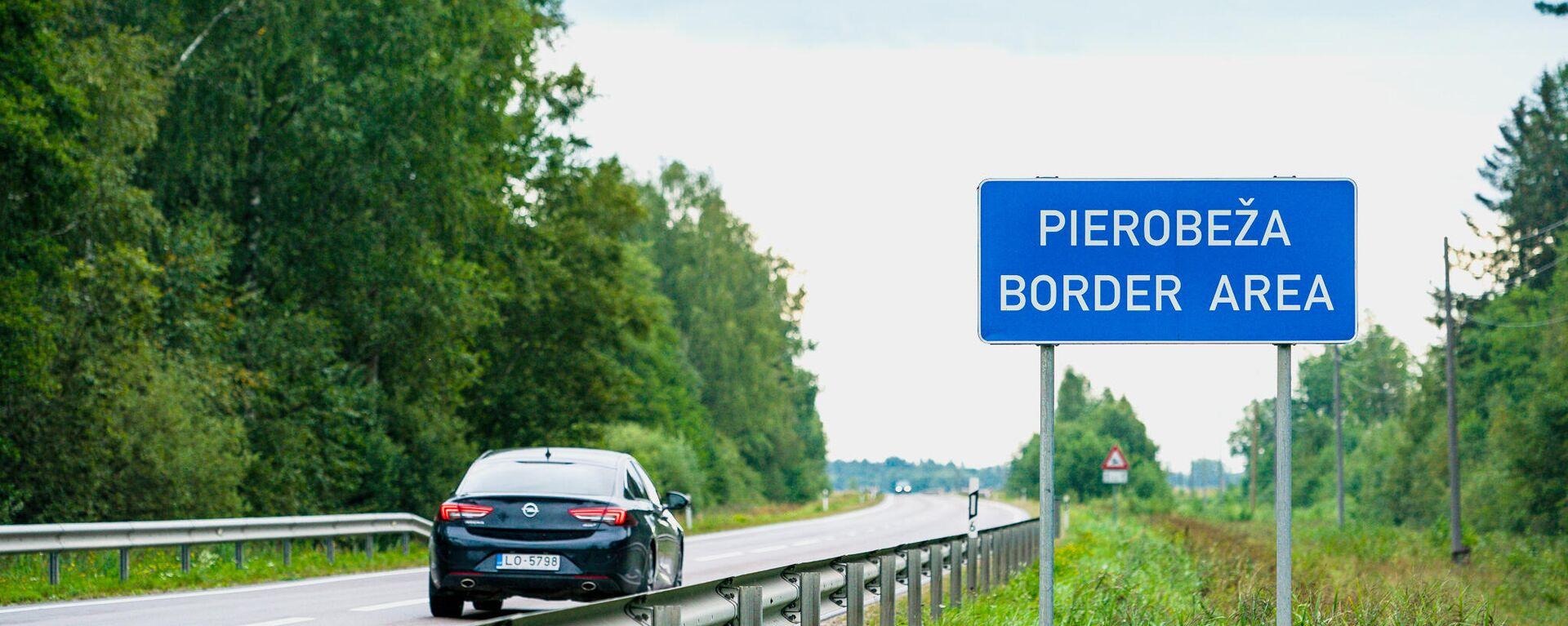 Дорожный знак Приграничная зона на дороге ведущей к российской границе - Sputnik Latvija, 1920, 25.08.2021