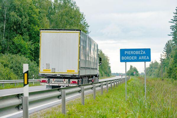 """Дорожный знак """"Приграничная зона"""" на дороге, ведущей к российской границе. - Sputnik Латвия"""