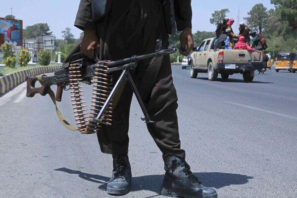 """""""Taliban""""* kaujinieks Afganistānas pilsētā Herātā. - Sputnik Latvija"""