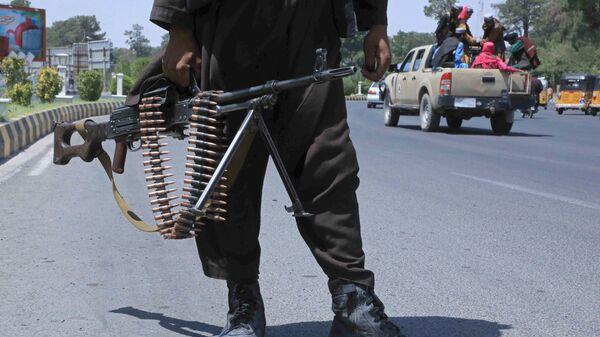 Боевик Талибана* на улице в афганском городе Герат - Sputnik Латвия