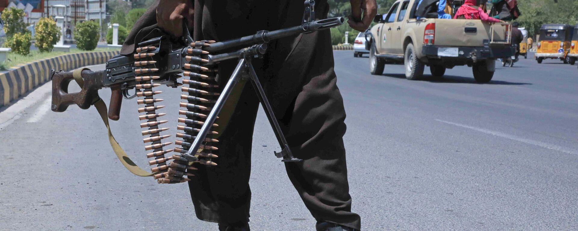 Боевик Талибана* на улице в афганском городе Герат - Sputnik Латвия, 1920, 17.09.2021