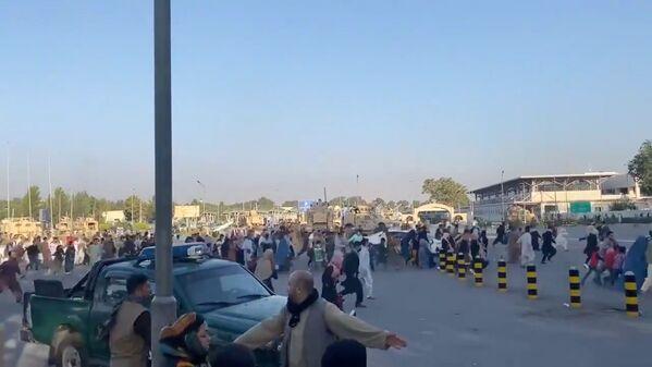 """Cilvēki skrien Kabulas lidostas termināļa virzienā, uzzinot, ka """"Taliban""""* ieņēma prezidenta pili - Sputnik Latvija"""