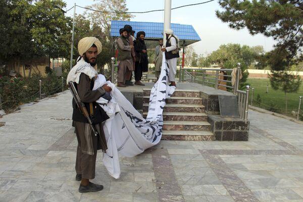"""""""Taliban""""* kaujinieki paceļ savu karogu Gaznī pilsētā. - Sputnik Latvija"""