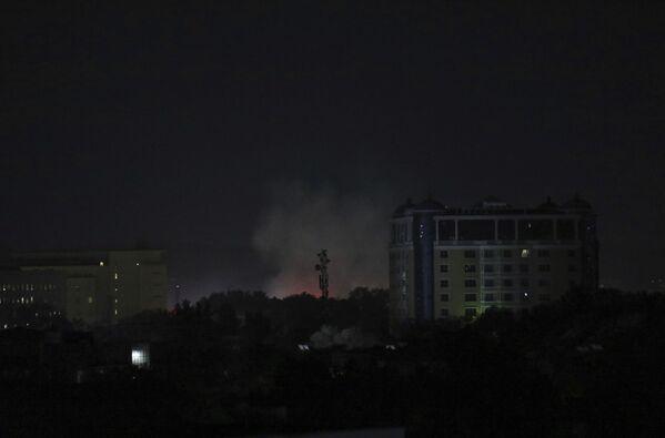 Dūmi un uguns pie ASV vēstniecības Kabulā. - Sputnik Latvija