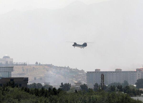Militārais helikopters CH-46 Sea Knight lido virs Kabulas. - Sputnik Latvija