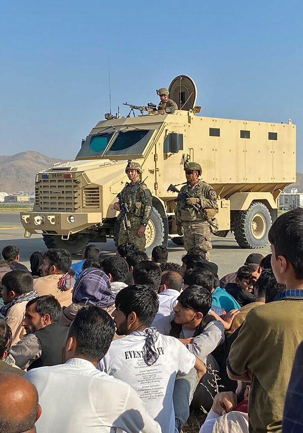 Afganistānas iedzīvotāji ASV karavīru priekšā Kabulas lidostā. - Sputnik Latvija