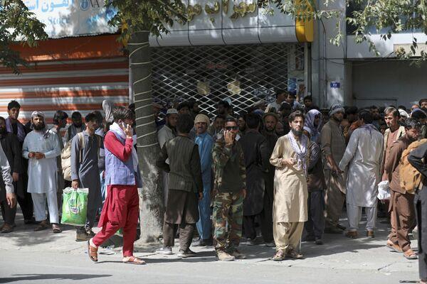 Afgāņi pie bankas Kabulā. - Sputnik Latvija