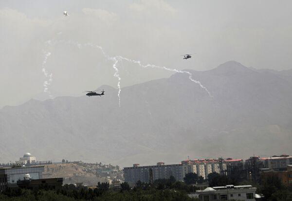 Amerikāņu militārie helikopteri Black Hawk lido virs Kabulas. - Sputnik Latvija