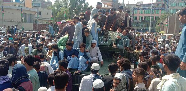 """""""Taliban""""* kaujinieki un vietējie iedzīvotāji brauc ar Afganistānas armijas visurgājēju Džalālābādā. - Sputnik Latvija"""