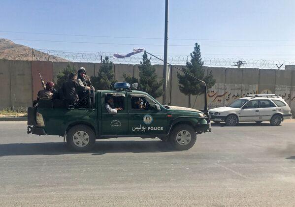 """""""Taliban""""* kaujinieki Kabulas ielās. - Sputnik Latvija"""