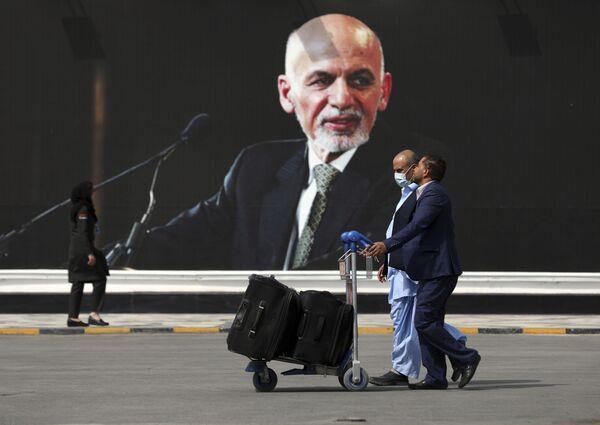 Pasažieri dodas uz izlidošanas zonu Starptautiskajā Kabulas lidostā. - Sputnik Latvija