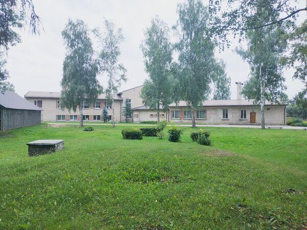 Территория начальной школы-интерната для детей с физическими и умственными нарушениями в Эзерсале, где планируют размещать мигрантов. - Sputnik Латвия